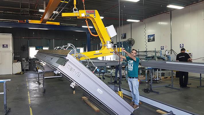 מתקן הרמה בואקום להרמת זכוכית בסיבוב