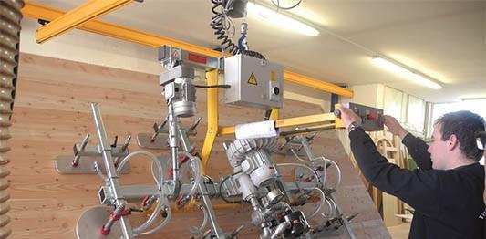 מתקן הרמה בואקום להרמת פלטת עץ